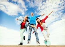 Gruppo di adolescenti che spandono le mani immagini stock libere da diritti