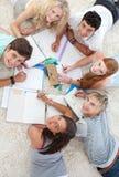 Gruppo di adolescenti che studiano insieme Fotografia Stock