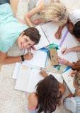 Gruppo di adolescenti che studiano insieme Fotografie Stock