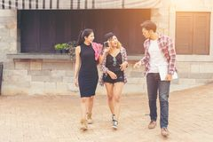 Gruppo di adolescenti che vanno in giro nell'ambiente urbano, HOL di estate immagini stock
