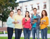 Gruppo di adolescenti con gli smartphones ed il pc della compressa Fotografia Stock Libera da Diritti
