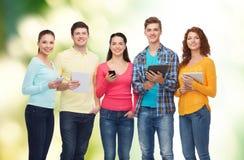 Gruppo di adolescenti con gli smartphones ed il pc della compressa Fotografia Stock