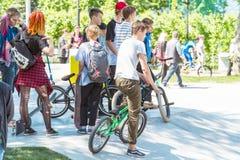 Gruppo di adolescenti con le biciclette nel parco sul velodromo Immagine Stock Libera da Diritti