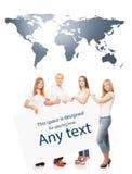 Gruppo di adolescenti con uno spazio in bianco, tabellone per le affissioni bianco Fotografia Stock