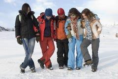 Gruppo di adolescenti di sport in montagne Immagine Stock Libera da Diritti