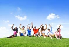 Gruppo di adolescenti divertendosi sulle colline immagini stock
