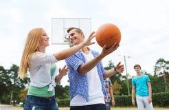 Gruppo di adolescenti felici che giocano pallacanestro Immagini Stock Libere da Diritti