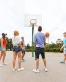 Gruppo di adolescenti felici che giocano pallacanestro Fotografia Stock Libera da Diritti