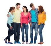 Gruppo di adolescenti sorridenti fotografia stock libera da diritti