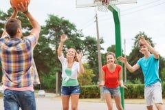 Gruppo di adolescenti sorridenti che giocano pallacanestro Fotografia Stock