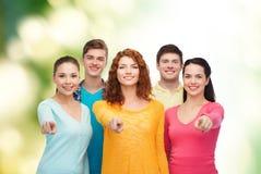 Gruppo di adolescenti sorridenti sopra fondo verde Fotografie Stock Libere da Diritti