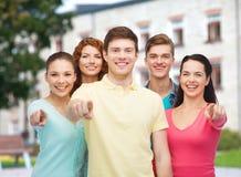 Gruppo di adolescenti sorridenti sopra il fondo della città universitaria Immagine Stock