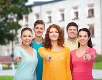 Gruppo di adolescenti sorridenti sopra il fondo della città universitaria Fotografia Stock