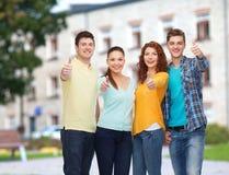 Gruppo di adolescenti sorridenti sopra il fondo della città universitaria Fotografie Stock Libere da Diritti