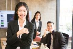 Gruppo di affare asiatico nella sala riunioni Fotografia Stock