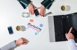 Gruppo di affari ad una riunione che parla dell'introduzione sul mercato Fotografia Stock Libera da Diritti