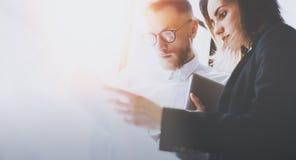 Gruppo di affari al processo di lavoro Giovane lavoro dei colleghe con la nuova partenza Riunione dei project manager Finestre pa Fotografie Stock