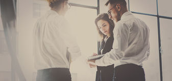 Gruppo di affari al processo di lavoro Giovane lavoro dei professionisti con la partenza del nuovo mercato Riunione dei project m immagine stock