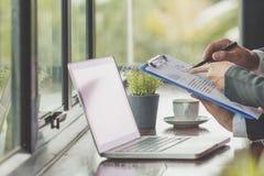 Gruppo di affari che analizza i grafici ed i grafici di reddito Fine in su Busi immagini stock libere da diritti