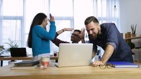 Gruppo di affari che celebra un buon lavoro in ufficio stock footage