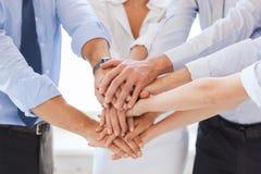 Gruppo di affari che celebra vittoria in ufficio Fotografia Stock
