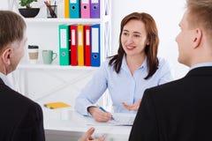 Gruppo di affari che discute insieme i business plan al fondo dell'ufficio Team il lavoro Fotografia Stock Libera da Diritti