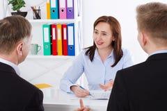 Gruppo di affari che discute insieme i business plan al fondo dell'ufficio Team il lavoro Immagini Stock