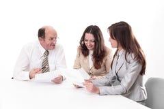 Gruppo di affari che discute un documento di lavoro fotografie stock