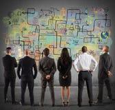 Gruppo di affari che disegna un nuovo progetto complesso Immagini Stock Libere da Diritti
