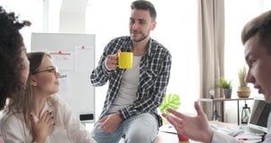 Gruppo di affari che gode durante la pausa caff? stock footage