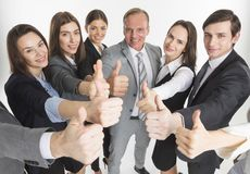 Gruppo di affari che mostra pollice su fotografie stock