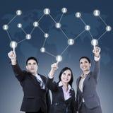 Gruppo di affari che preme un bottone della rete sociale immagini stock libere da diritti