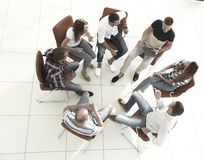 Gruppo di affari che si siede alla sessione sul team-building immagini stock