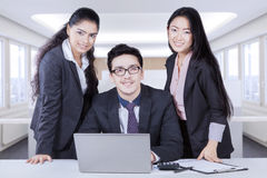 Gruppo di affari che sorride con la mostra della diversità etnica Immagini Stock