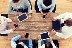Gruppo di affari con gli smartphones ed il pc della compressa Fotografie Stock