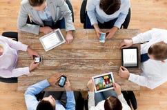 Gruppo di affari con gli smartphones ed il pc della compressa Fotografia Stock