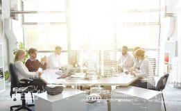 Gruppo di affari con i computer che funzionano all'ufficio Fotografia Stock