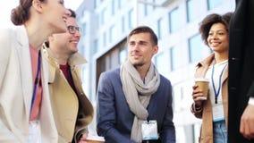 Gruppo di affari con i distintivi ed il caffè di conferenza stock footage