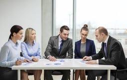Gruppo di affari con i documenti che hanno discussione Immagine Stock