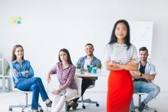 Gruppo di gruppo di affari con il capo alla parte anteriore Fotografia Stock
