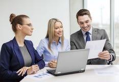 Gruppo di affari con il computer portatile che ha discussione Immagine Stock