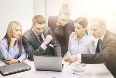 Gruppo di affari con il computer portatile che ha discussione Fotografia Stock Libera da Diritti