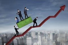 Gruppo di affari con il grafico rosso della freccia Immagine Stock Libera da Diritti