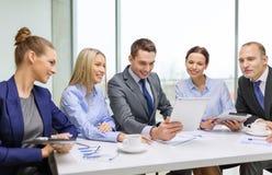 Gruppo di affari con il pc della compressa che ha discussione Immagini Stock