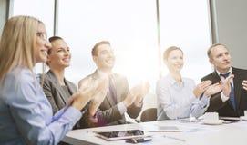 Gruppo di affari con le mani d'applauso del computer portatile fotografia stock