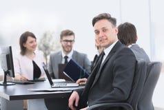 Gruppo di affari con un senior manager nella priorità alta Fotografie Stock Libere da Diritti