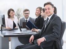 Gruppo di affari con un senior manager nella priorità alta Immagine Stock