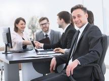 Gruppo di affari con un senior manager nella priorità alta Fotografia Stock
