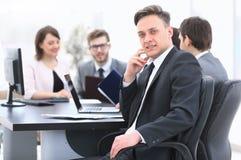 Gruppo di affari con un senior manager nella priorità alta Fotografie Stock