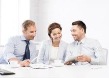 Gruppo di affari divertendosi con il pc della compressa in ufficio Fotografia Stock